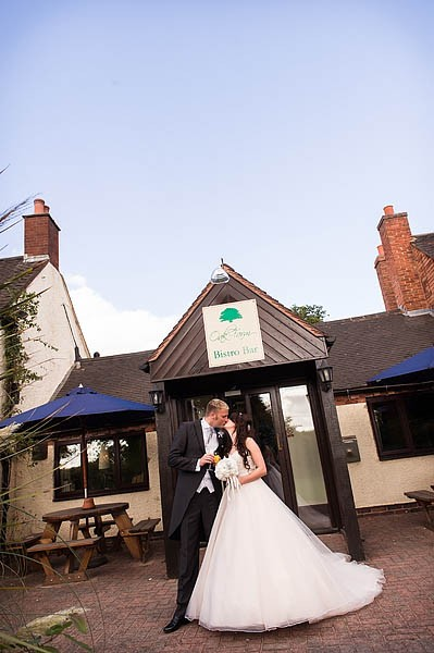 oak-farm-cannock-015-contemporary-wedding-photographers
