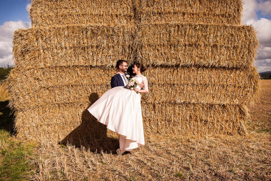 040-fun-wedding-photographs-hay-bales