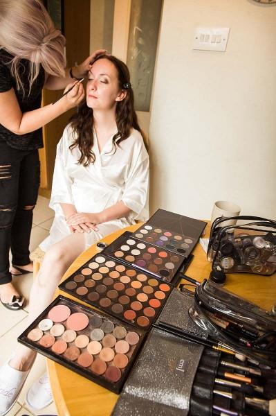 046-candid-photographs-bridal-makeup