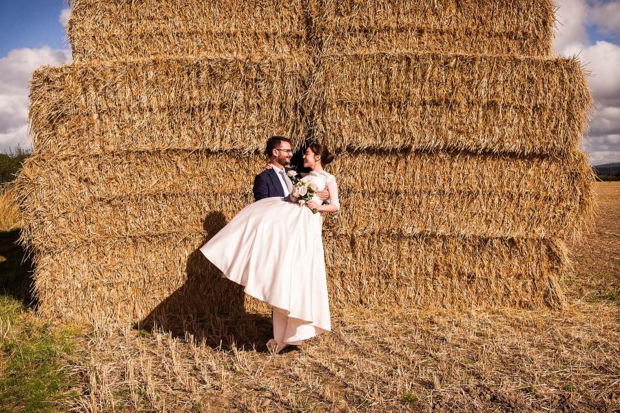 040-fun-wedding-photographs-hay-bales